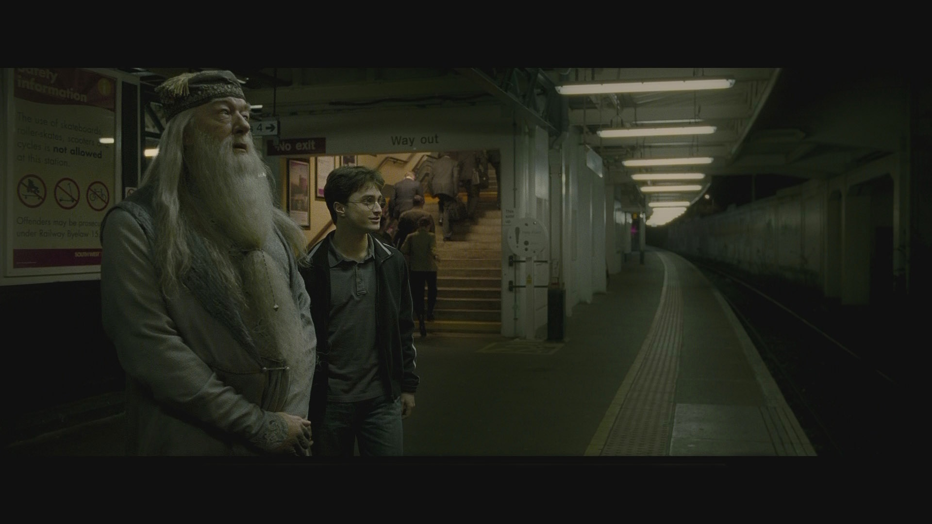 https://blunreview.files.wordpress.com/2010/01/harry_potter_half-blood_prince_blu-ray-01.jpg